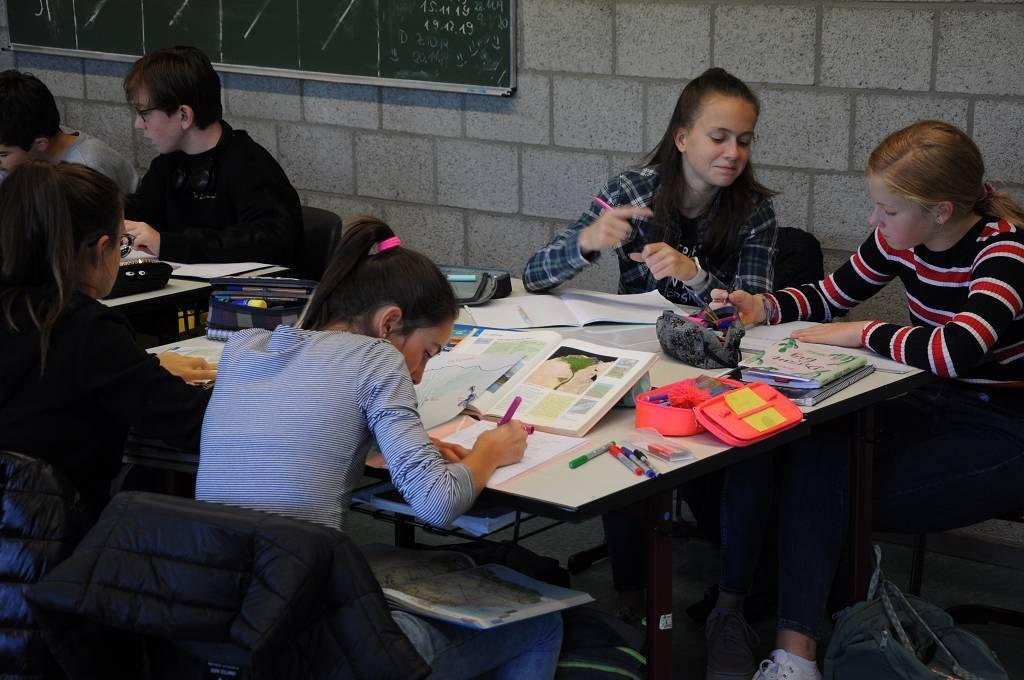 Die Experimente waren Teil eines Stationenlernens: Die Schülerinnen und Schüler wechseln von einem Tisch zum nächsten, wenn Sie ein Teilthema erledigt haben.