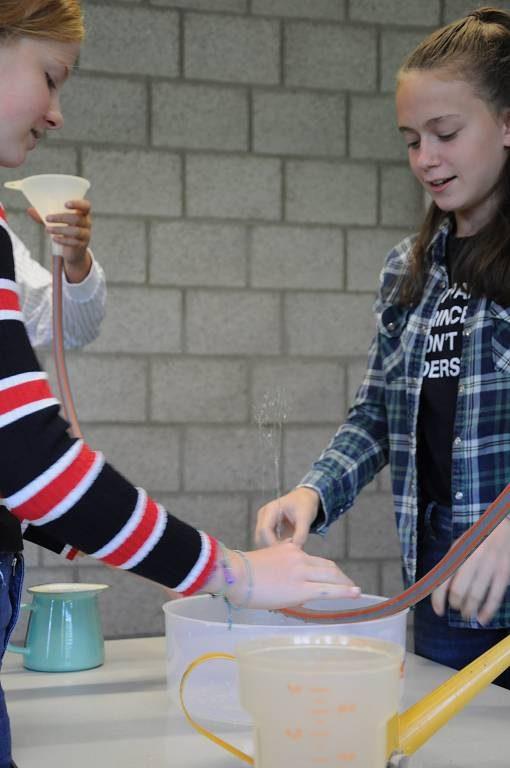 Der artesische Brunnen ist ein Klassiker unter den Unterrichtsexperimenten. Manche Eltern dürften es selbst schon mitgemacht haben.