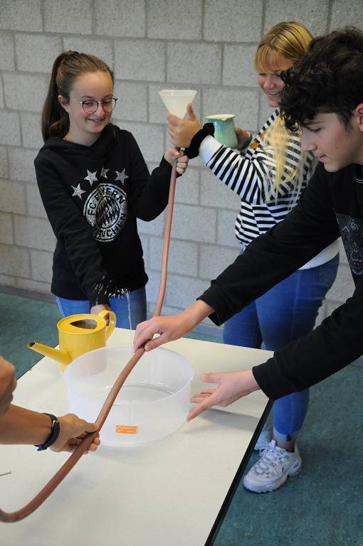 Die Gruppen wechselten einander beim Experiment zum artesischen Brunnen ab.