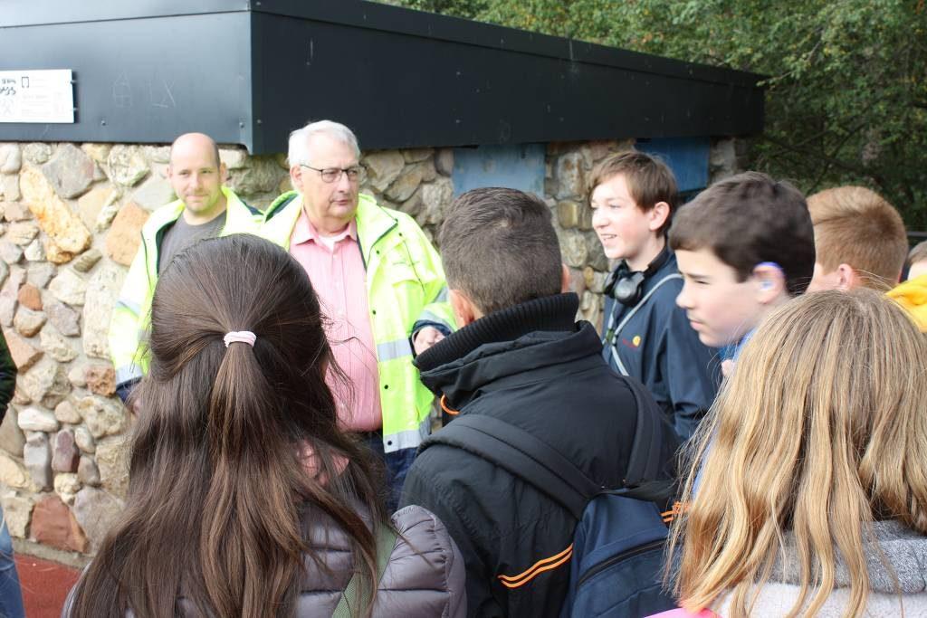 Gästeführer Peter Kern beantwortete die Fragen der 8b, bevor es durch die blaue Tür in die Tiefe ging.