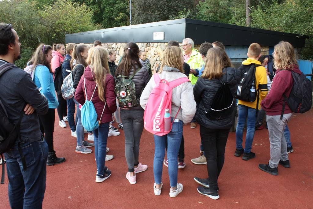 Vor dem Einstieg in den Ausweichsitz der Landeszentralbank Düsseldorf erklärten die Gästeführer vom Bunkerdokumentationszentrum den Schülerinnen und Schülern der 8b, warum der Schutzraum grade in Satzvey gebaut wurde.