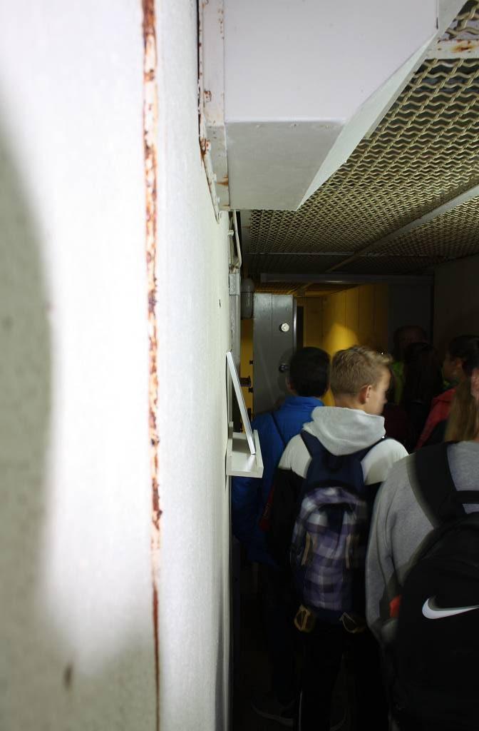 Um das Herabfallen von Leitungen bei einer Erschütterung zu verhindern hatten die Ingenieure Schutzgitter unter die Decken des Bunkers schrauben lassen.