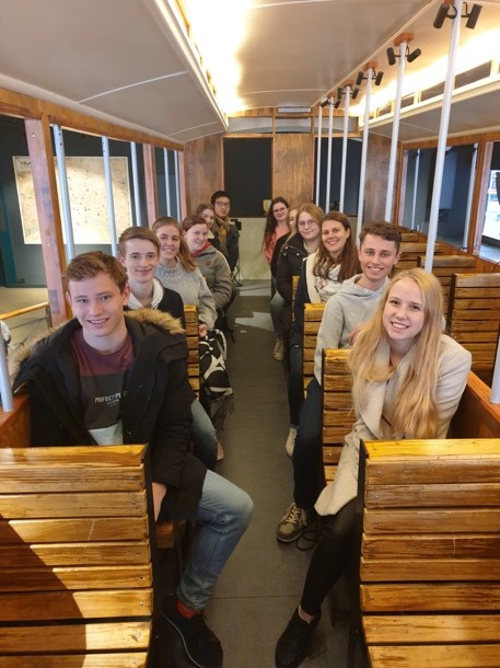 In einem originalgetreuen Straßenbahnwagen aus der Kaiserzeit fuhren unsere Schüler*innen virtuell durch Köln.