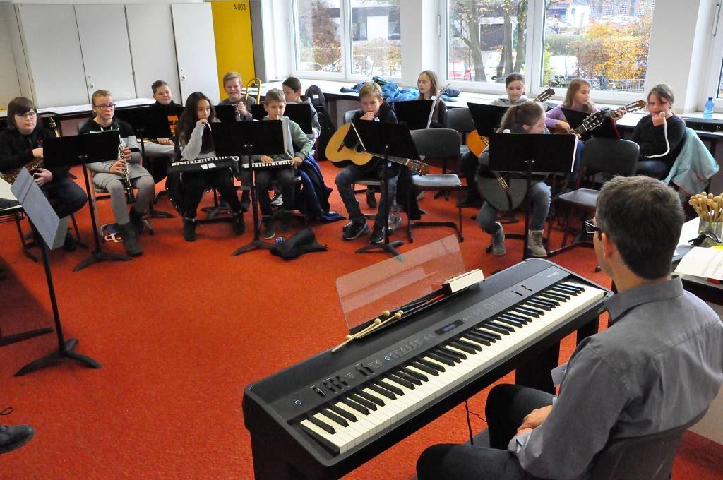 In einem der vor kurzem renovierten Musikräume spielte eine unserer Musikklassen auf.