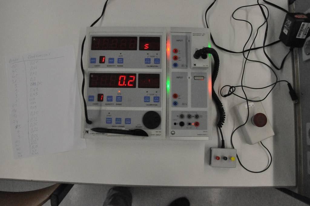 Eltern und Grundschüler*innen konnten im Biologie-Raum ihre Reaktionsgeschwindigkeit testen.